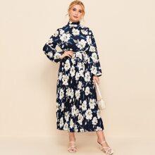 Kleid mit Ruesche am Kragen, Falten am Saum, Guertel und Blumen Muster