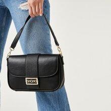 Handtasche mit metallischem Dekor und Klappe