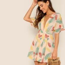 Rueckenfreies Kleid mit V Ausschnitt und tropischem Muster