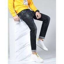 Jeans mit Buchstaben Muster, Waesche und gerolltem Saum