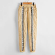 Winddichte Hose mit Buchstaben Muster und Band vorn