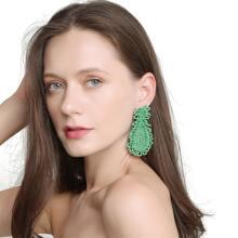 Ohrringe mit Wassertropfen Design und Perlen