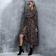Kleid mit Ruesche am Kragen, Blumen Muster und Guertel