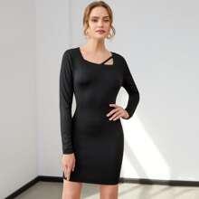 Figurbetontes Kleid mit quadratischem Kragen und Ausschnitt