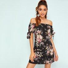 Schulterfreies Kleid mit botanischem Muster und Band