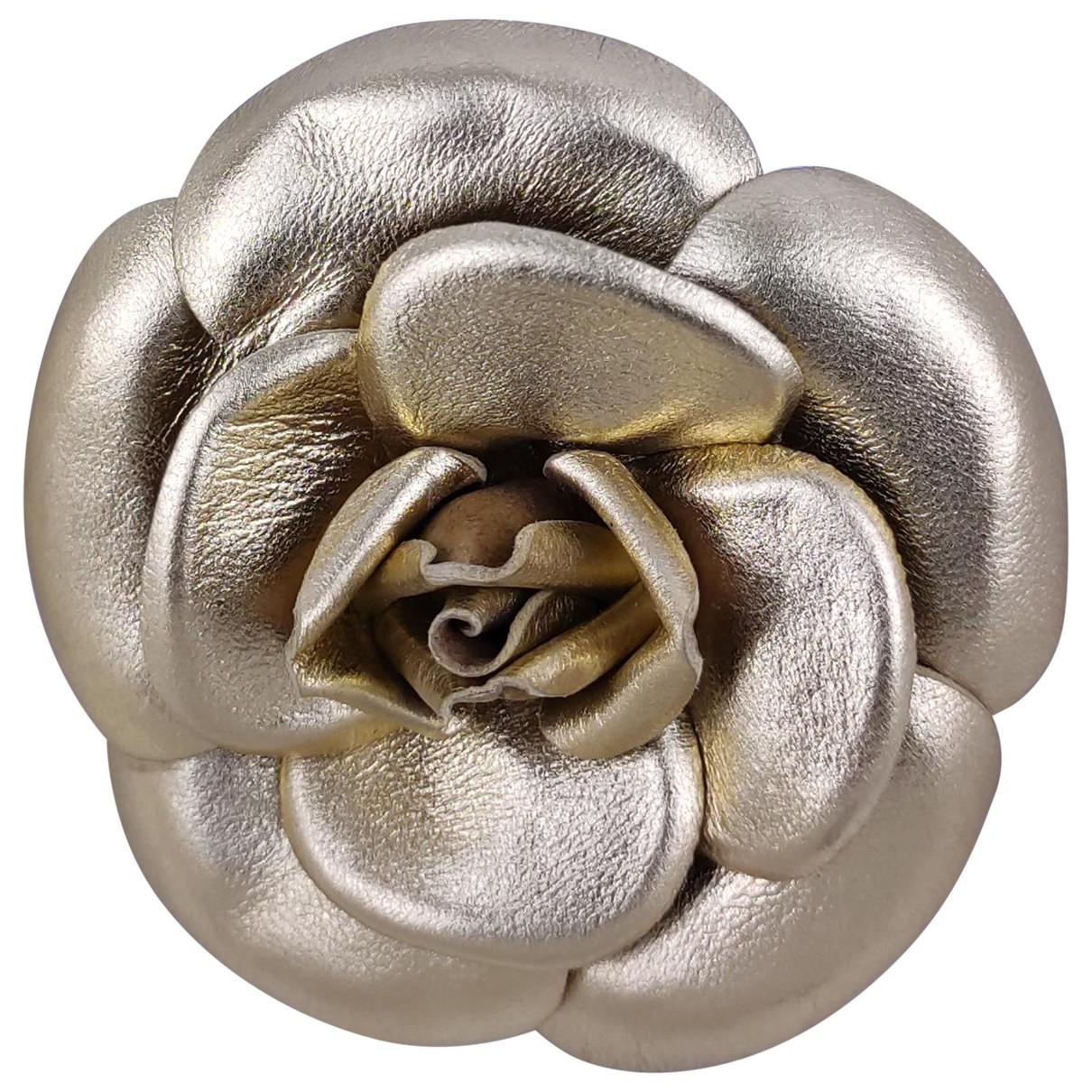 Chanel Camelia Brosche in  Gold Leder