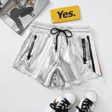 Shorts track de color metalico con bolsillo oblicuo de cintura con cordon