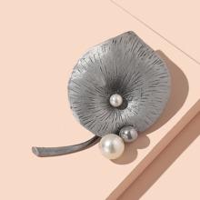 Brosche mit Kunstperlen Dekor und Blatt Design