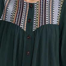 Kleid mit Geo Muster und Knopfen vorn