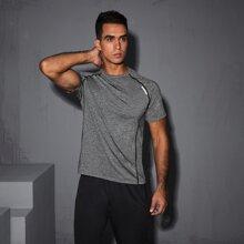 Camiseta deportiva ribete en contraste con letra reflexiva