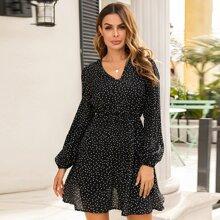 Kleid mit Punkten Muster und ausgestelltem Saum