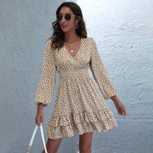 Kleid mit Muster, V Ausschnitt vorn und mehrschichtigem Saum