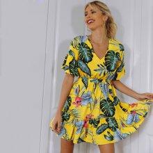 Kleid mit Band hinten, Rueschenbesatz und tropischem Muster