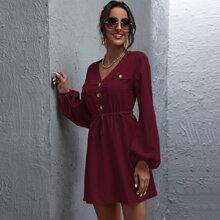 Kleid mit Knopfen vorn und Kordelzug um die Taille