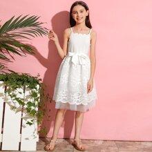 Kleid mit Bogenkante, Guertel und Spitze