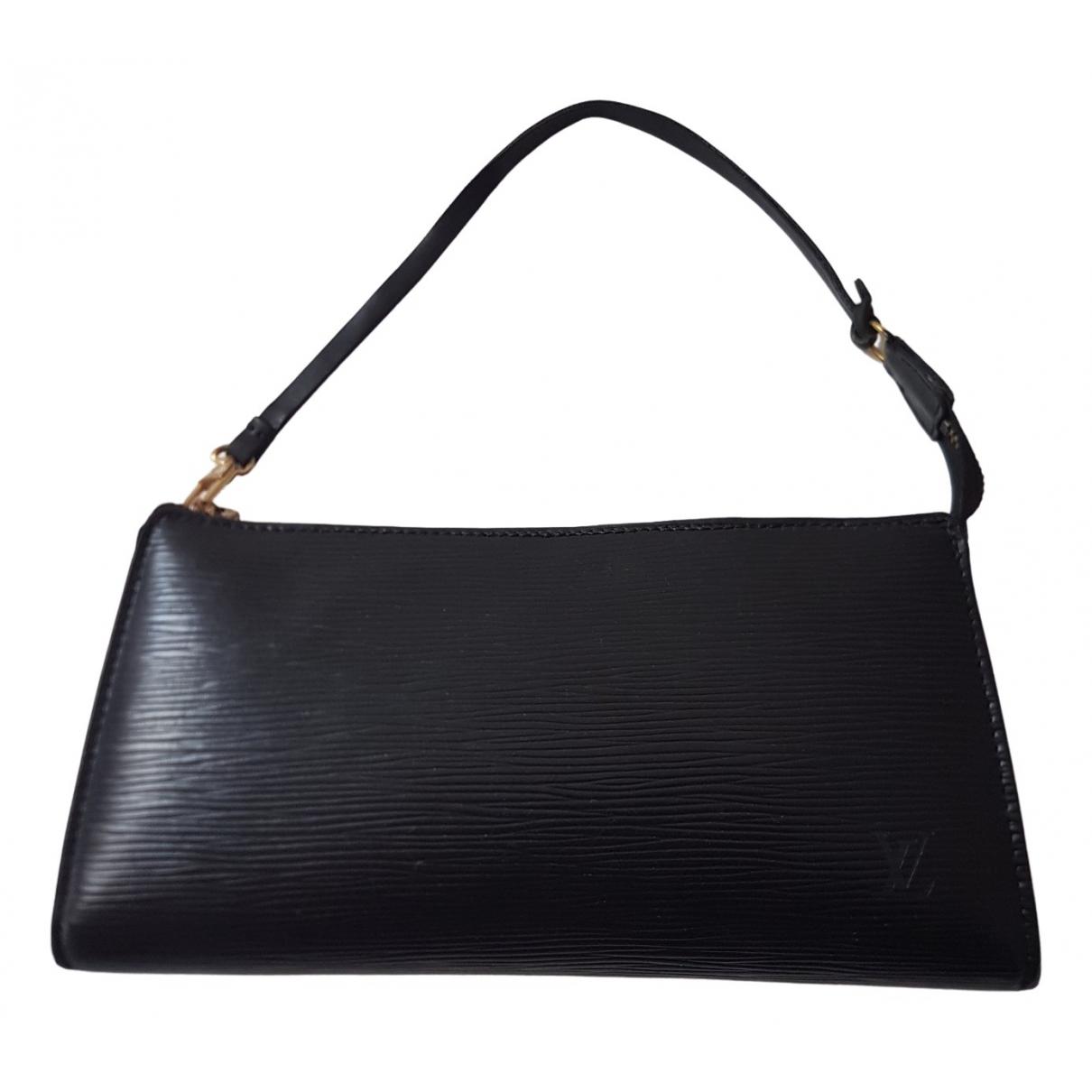 Louis Vuitton Pochette Accessoire Clutch in  Schwarz Leder