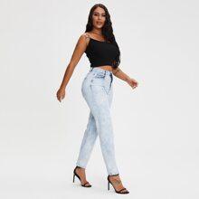 Jeans mit leichter Waschung und schraegen Taschen