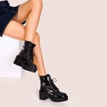 Klobige Stiefel mit Schnuerung an der Vorderseite und Lug-Sohle
