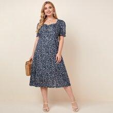 Kleid mit Gaensebluemchen Muster, Herzen Kragen, Puffaermeln und Schlitz