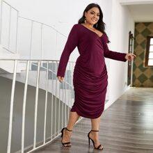 Einfarbiges Kleid mit Ruesche und V-Ausschnitt vorn