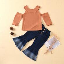 Schulterfreies Top und ausgestellte Jeans