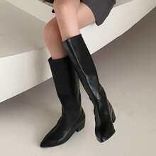 Minimalistischer Stiefel mit spitzer Zehenpartie