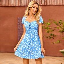 Kleid mit Gaensebluemchen Muster, Band vorn, Ausschnitt und Ruesche