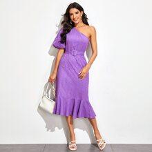 Kleid mit einer Schulter, Puffaermeln und Guertel