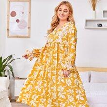 Nachtkleid mit Wimpern Spitzenbesatz, Rueschenbesatz und Blumen Muster