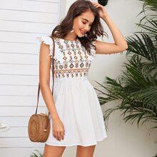 Kleid mit Pompom Detail, Raffung Armloch und Stamm Muster Stickereien