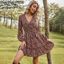 Kleid mit Blumen Muster, Rueschen und Guertel