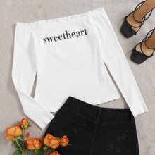 Schulterfreies T-Shirt mit Buchstaben Grafik und gekraeuseltem Saum