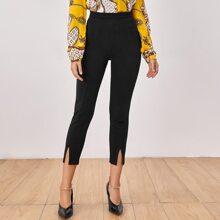 Einfarbige Hose mit Reissverschluss und seitlichem Schlitz
