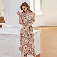 Kleid mit Bluemchen muster, mehrschichtigem Rueschenbesatz und asymmetrischem Kragen