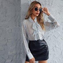 Bluse mit komplettem Muster und Rueschenbesatz