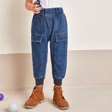 Jeans mit elastischer Taille und Klappe Detail