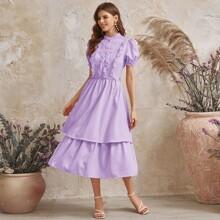 Mehrschichtiges Kleid mit Puffaermeln, Spitzen und Knopfen