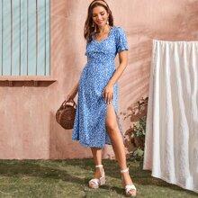 Kleid mit Bluemchen Muster, Schlitz und Ruesche vorn