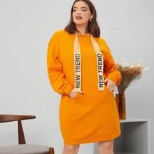 Kleid mit sehr tief angesetzter Schulterpartie, Buchstaben Muster, Kordelzug und Kapuze