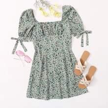 Kleid mit Puffaermeln, Knoten, Manschetten, Ruesche und Gaensebluemchen Muster