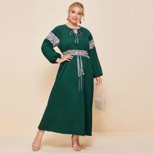 Maxi Kleid mit Grafik Muster Einsatz, Halsband und Guertel