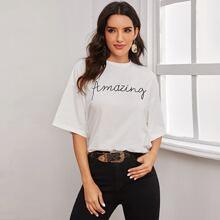 T-Shirt mit Buchstaben Muster und sehr tief angesetzter Schulterpartie
