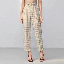 Hose mit schraegen Taschen, Guertel und Karo Muster