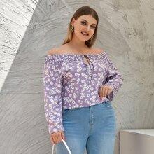 Figurbetonte Bluse mit Gaensebluemchen Muster und Band vorn