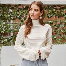Pullover mit hohem Kragen und sehr tief angesetzter Schulterpartie