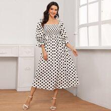 Kleid mit Schosschen auf den Ärmeln und Punkten
