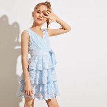 Maedchen Kleid mit mehrschichtigem Saum, Guertel und Spitze