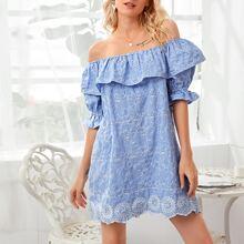 Schulterfreies Kleid mit Ose Stickereien, Rueschen und Bogenkante