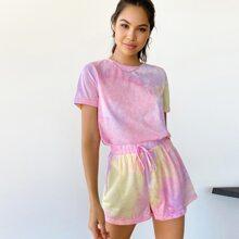 T-Shirt mit Batik und Shorts mit Knoten vorn