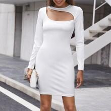Figurbetontes Kleid mit asymmetrischem Kragen